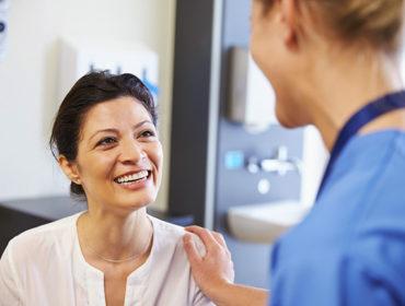 dottore paziente 370x280 - Riduzione degli agenti patogeni / inattivazione dei prodotti per il trattamento dei disturbi emorragici: quali sono i processi e cosa dovremmo dire ai pazienti?